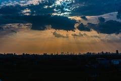 Solstrålar till och med molnet Arkivbild