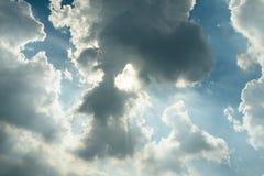 Solstrålar till och med regnmoln Fotografering för Bildbyråer