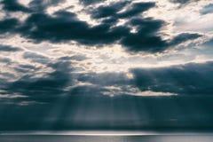 Solstrålarna över havet Royaltyfri Foto