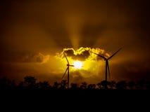 Solstråle med moln och vindturbiner Arkivfoto