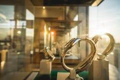 Solstråle på lyxiga klockor som visas i shopwindow Royaltyfri Bild