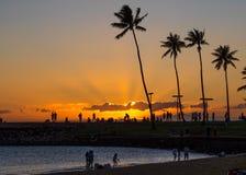 Solstråle som bryter till och med molnen på solnedgången royaltyfri foto
