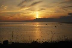 Solstrålen gör dess väg från molnen under solnedgång Royaltyfria Foton