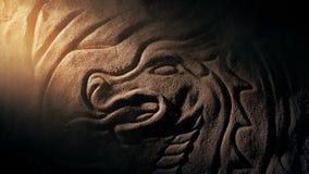 Solstrålen tänder upp draken som snider med virvlande runt damm stock video