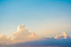 Solstrålsken till och med det mörka molnet i himlen arkivfoton