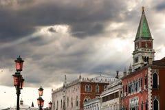 Solstrålar, Grey Skies och Sts Mark torn i Venedig, Italien Royaltyfri Fotografi