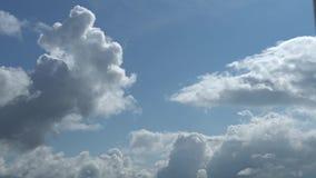 Soltanto cielo blu di estate con due strati di muovere le nuvole grige Metraggio completo del Time Lapse di HD stock footage