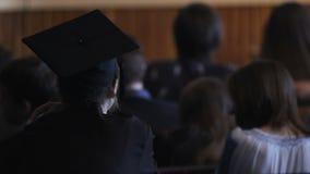 Soltero femenino que escucha el discurso del profesor en la academia, graduación, empleo metrajes