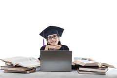 Soltero pensativo en casquillo de la graduación Imagen de archivo
