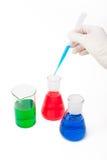 Solução colorida em umas garrafas do laboratório Imagem de Stock