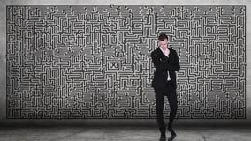 Solução de pensamento do homem de negócios a labirinto complicado video estoque