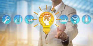Solução masculina de Presenting Bright Talent do consultante imagens de stock royalty free