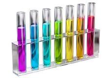 Solución transparente coloreada en tubos de ensayo Imagenes de archivo