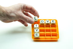 Solucionando rompecabezas para hacer las palabras viva y quiera Imagenes de archivo