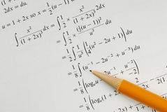 Solucione un problema de las matemáticas de la universidad imagen de archivo libre de regalías