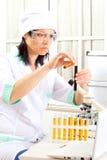 Soluciones de la mezcla del médico en tubos de ensayo imagen de archivo libre de regalías