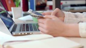 Soluciones móviles del pago La mujer da sostener la tarjeta de crédito y usar el teléfono elegante metrajes