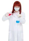 Soluciones químicas coloreadas mezclas del científico de la mujer Fotos de archivo