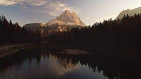 Soluppgång över alpina bergmaxima, skog och Braies sjön Dolomiti fjällängar, södra Tyrol