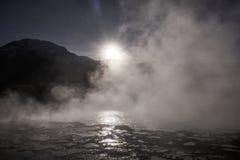 Soluppgång över Anderna berg och geyseren för El Tatio Arkivbild