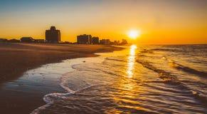 Soluppgång över Atlanticet Ocean på den Ventnor stranden som är ny - ärmlös tröja Arkivbild