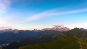 Soluppgång över bergblasten Tid schackningsperiod 4K arkivfilmer