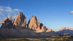 Soluppgång över bergen Tre Cime di Lavaredo Tid schackningsperiod arkivfilmer