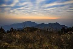 Soluppgång över berget Arkivbilder
