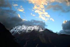 Soluppgång över berget Arkivfoto