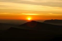 Soluppgång över berget i nordliga Thailand Royaltyfria Bilder