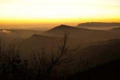 Soluppgång över berget i nordliga Thailand Fotografering för Bildbyråer