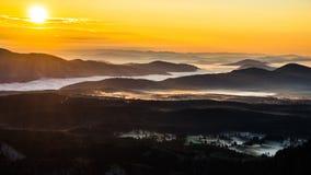 Soluppgång över bergskedjan Arkivfoto