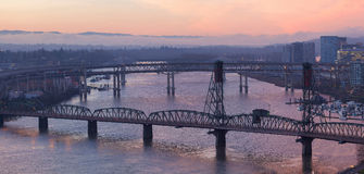 Soluppgång över broar av Portland Oregon Royaltyfria Bilder