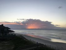 Soluppgång över den Atlantic Ocean kustlinjen, North Carolina Royaltyfri Fotografi