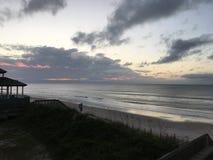 Soluppgång över den Atlantic Ocean kustlinjen, North Carolina Arkivfoto