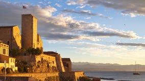 Soluppgång över den gamla delen av Antibes, Frankrike Arkivfoton