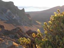 Soluppgång över den Hawaii vulkan Arkivfoton