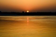 Soluppgång över den heliga floden Ganges arkivfoto