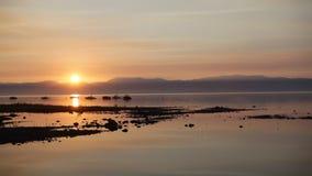 Soluppgång över den kristallklara sjön arkivfilmer