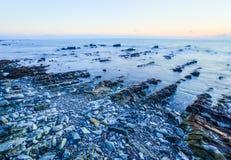 Soluppgång över den krit- sedimentär stenkustlinjen Royaltyfria Foton