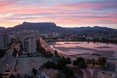 Soluppgång över den medelhavs- semesterorten Calpe för sommar i Costa Blanca, Spanien Flyg- sikt av byggnader - hotell och lägenh arkivbild