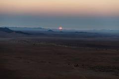 Soluppgång över den Namib öknen, roadtrip i den underbara Namib Naukluft nationalparken, loppdestination i Namibia, Afrika morgon Royaltyfri Fotografi