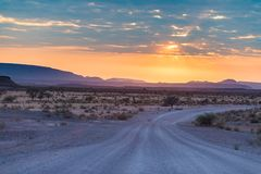 Soluppgång över den Namib öknen, roadtrip i den underbara Namib Naukluft nationalparken, loppdestination i Namibia, Afrika morgon Royaltyfria Foton
