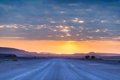 Soluppgång över den Namib öknen, roadtrip i den underbara Namib Naukluft nationalparken, loppdestination i Namibia, Afrika morgon Arkivbilder