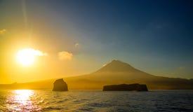 Soluppgång över den Pico vulkan och ön, Azores, Portugal Fotografering för Bildbyråer
