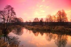 Soluppgång över den sena hösten för flod Arkivfoton