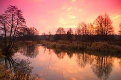 Soluppgång över den sena hösten för flod Arkivfoto