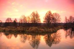 Soluppgång över den sena hösten för flod Arkivbild