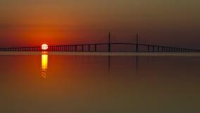 Soluppgång över den Skyway bron Arkivfoto