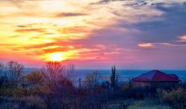 Soluppgång över den Stanca byn i Rumänien Royaltyfri Foto
